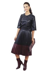 חצאית עור כפלים שחור בורדו