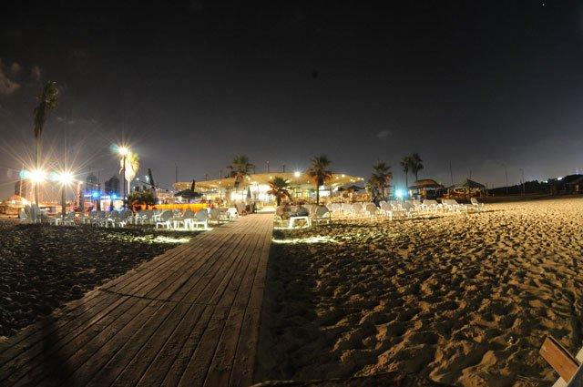חוף הים בלילה