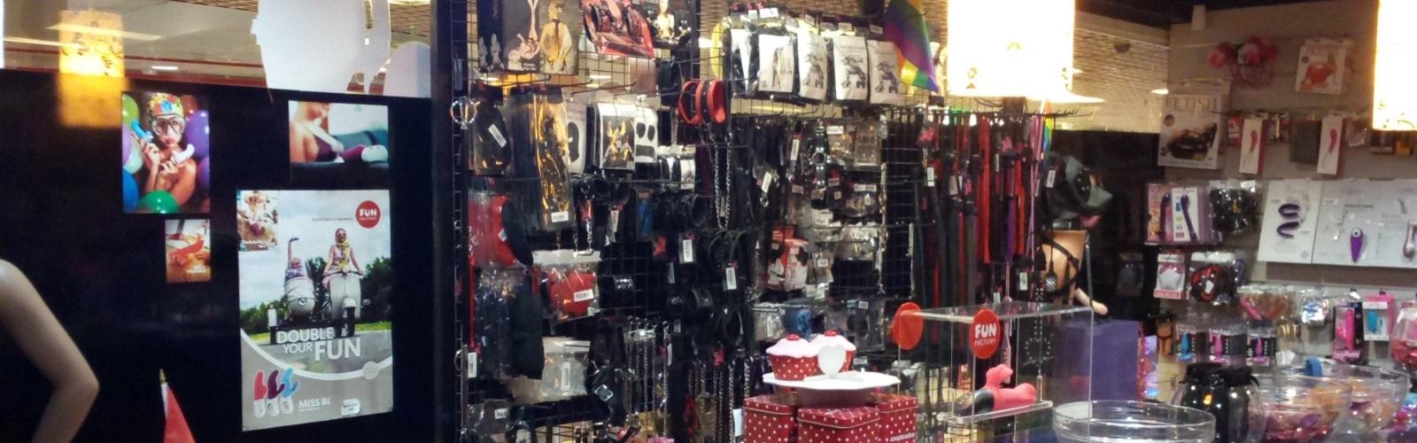 תמונה של חנות סקס מבפנים. החנות שלנו פאן סטאף בתמונה מתוך החנות, אפשר לראות שלל אביזרי מין ומבחר גדול של צעצועים למבוגרים.